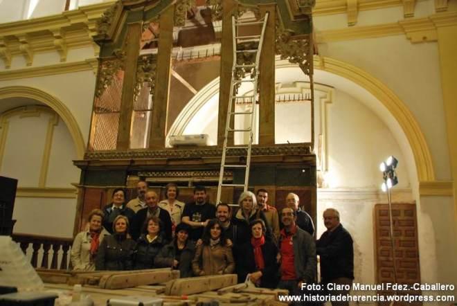 """Visita del Taller Historia Local Herencia al órgano de la parroquia """"Inmaculada Concepción"""" durante su reconstrucción"""