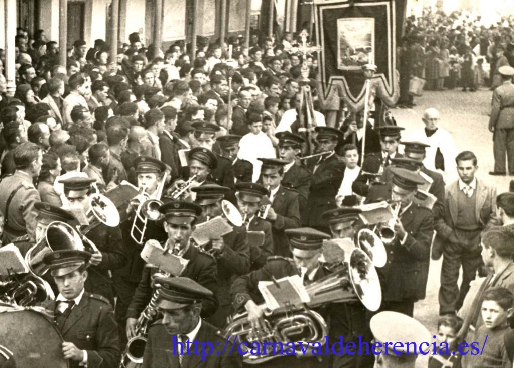 Entrada del estandarte de ánimas a la tribuna de autoridades en el Ofertorio del Carnaval de Herencia de 1954