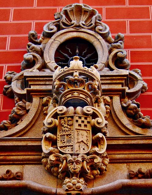 Escudo heráldico en el palacio del marqués de Perales en Madrid