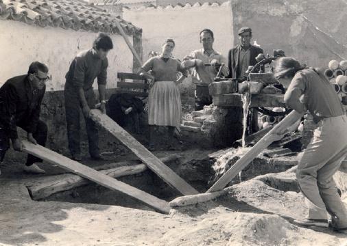 Bateando el barro en la alfarería de Gregorio Peño. 1972