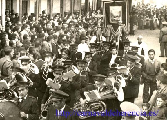 Entrada del Estandarte de Ánimas a la hoy plaza de España durante el Ofertorio del Carnaval
