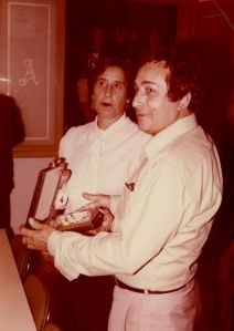 Carmen García-Navas junto al pintor Agustín Úbeda