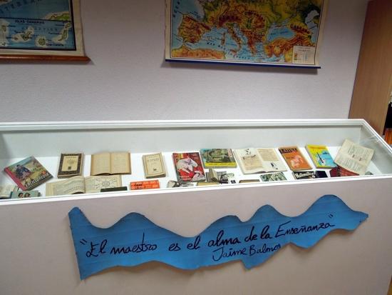 Material bibliográfico de la exposición sobre la escuela en tiempos del maestro don Hermógenes en herencia