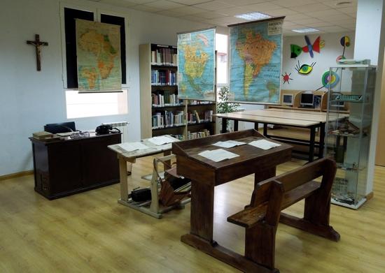 Mobiliario de la exposición dedicada a la escuela en los tiempos del maestro don Hermógenes en Herencia