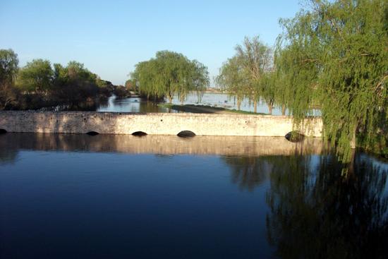 Vista del rio Cigüela a su paso por el puente romano de Villarta de san Juan