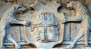 Casa de los Condes de las Cabezuelas, en la Plaza Mayor de Campo de Criptana, y detalle del escudo