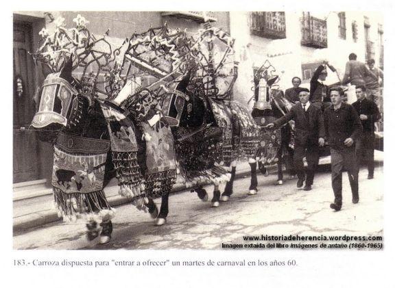 Carroza dispuesta para entrar a ofrecer un martes de carnaval - Herencia años 60 siglo XX