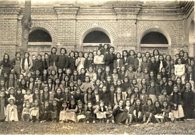 1939. Grupo escolar en el claustro del Convento de La Merced de Herencia