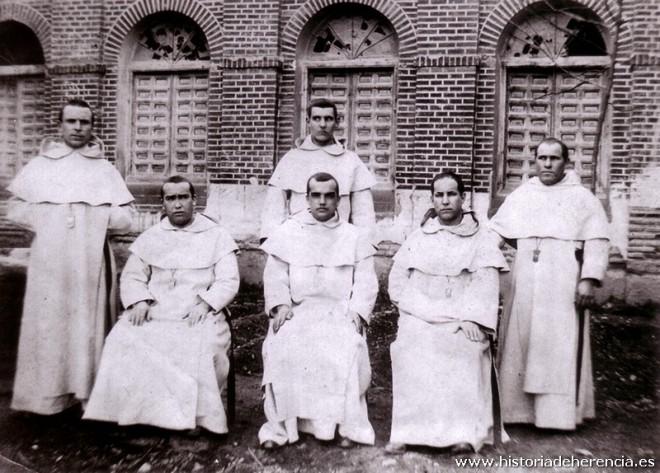 Frailes mercedarios posan para una foto en el antiguo claustro conventual de La Merced de Herencia