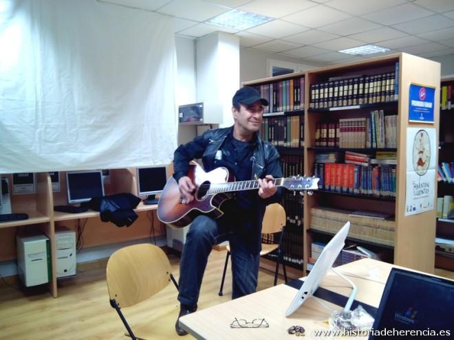 Basilio Montes interpretando una de sus canciones en el Taller de Historia Local de Herencia