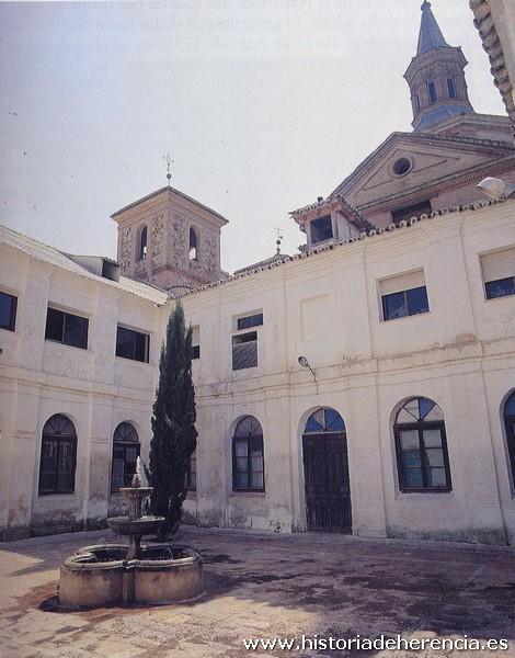 Vista del estado del claustro del convento de la Merced de Herencia a finales de la década de los años 80