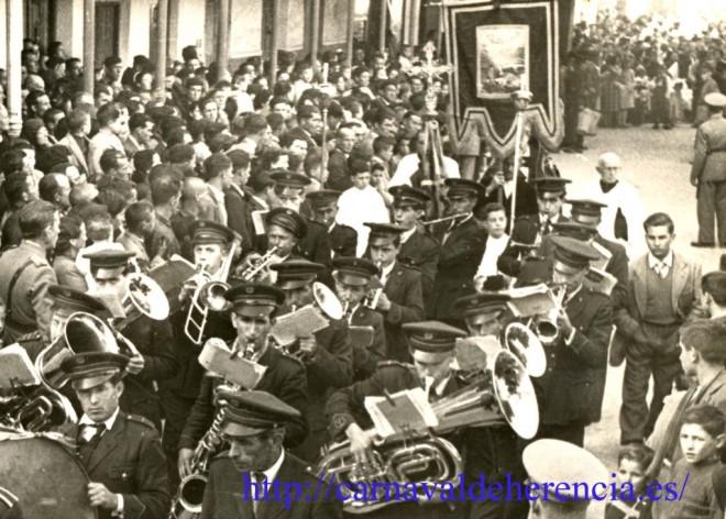 Estandarte de Ánimas y banda de música, durante el Ofertorio de Herencia. Años 40.