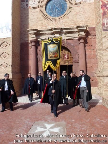 Estandarte de Ánimas saliendo por la Puerta Jubilar para iniciar el Ofertorio de Herencia