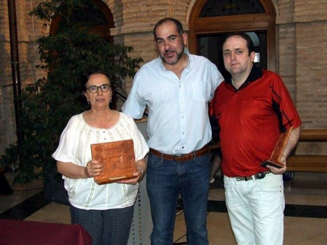 La historiadora María Soledad Salve y el investigador Ángel Martín-Fontecha flanquean al alcalde de Herencia, Jesús Fernández