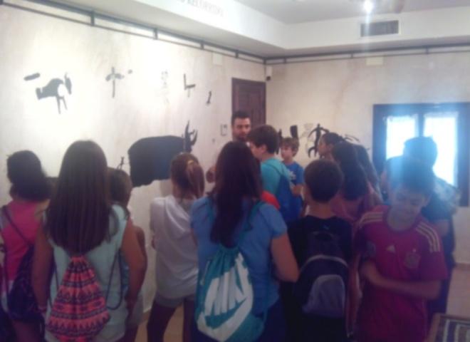 Visita de alumnos de la Escuela de Verano a la exposición Origen