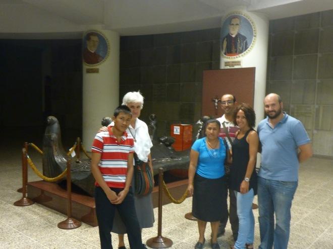 Cooperantes junto a la hermana Teresa Rasilla y el sepulcro de monseñor Romero