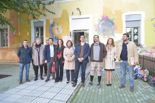 """Antonio Laguna (tercer por la derecha) junto a representantes e la diputación y la guardería """"La Flauta Mágica"""""""